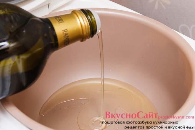 в сковороду наливаю оливковое масло