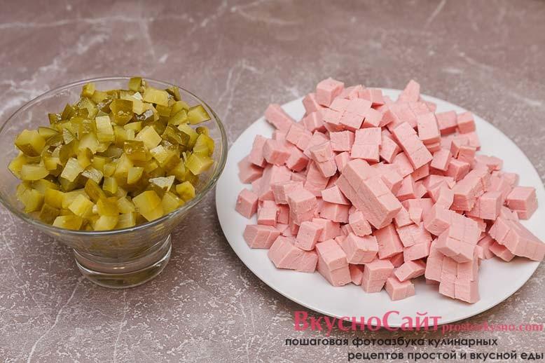также кубиками нарезаю колбасу и огурцы
