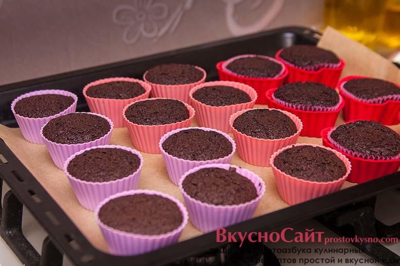 вынимаю испечённые кексы из духовки и даю им немного постоять и остыть