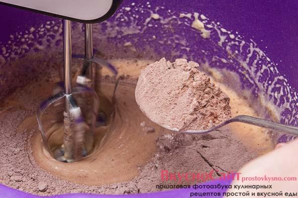 к взбитой массе я постепенно, небольшими порциями в несколько заходов, добавляю муку смешанную с какао и разрыхлителем