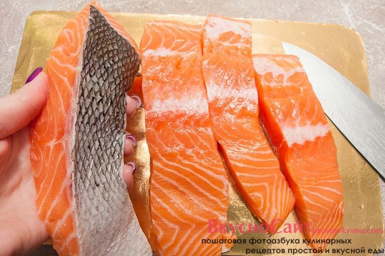 шкуру лосося очищаю от чешуи, а затем филе нарезаю на порционные кусочки