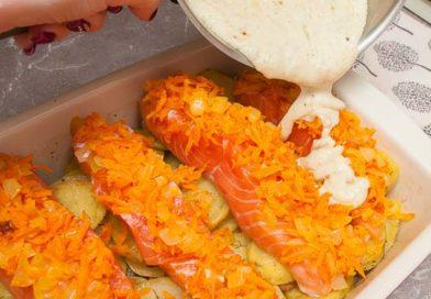 поливаю филе рыбы чесночным соусом