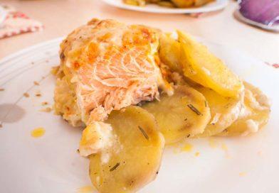 """простой рецепт лосося под чесночным соусом на картофельной """"подушке"""""""
