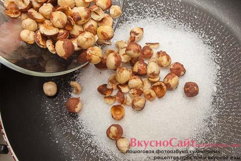 сверху на сахар высыпаю заранее поджаренные орехи фундук