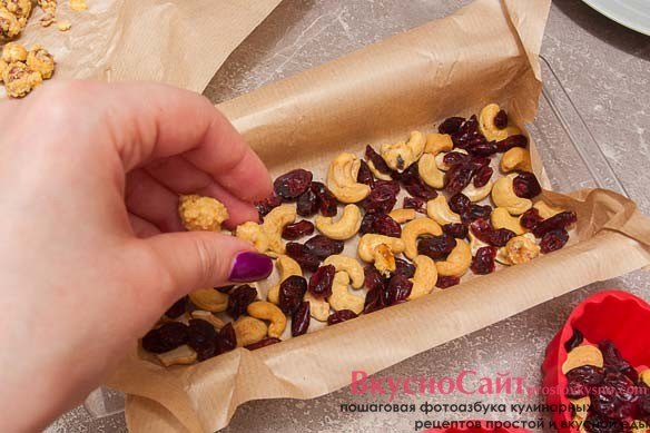 остывшие орехи фундук разъединяю и также отправляю в подготовленные формочки