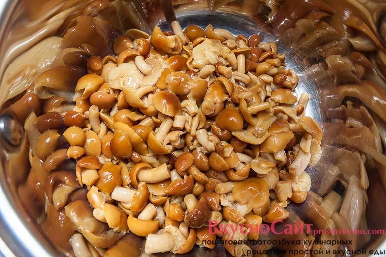 с грибов сливаю воду и перекладываю их в салатник