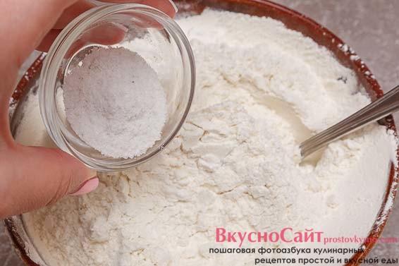 добавляю соль в муку с дрожжами, хорошо перемешиваю
