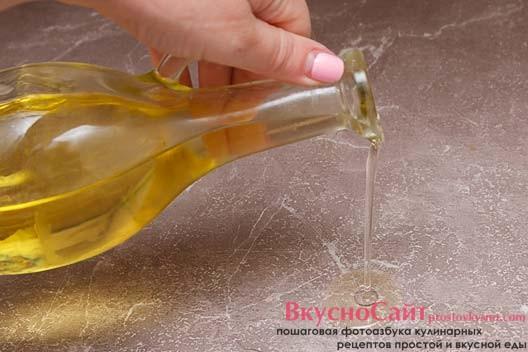 рабочую поверхность и руки смазываю небольшим количеством растительного масла без запаха