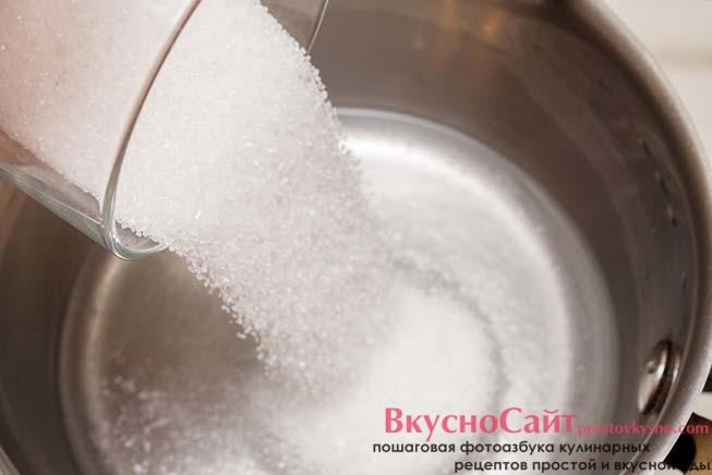 сахар добавляю в воду, довожу до кипения и снимаю с огня