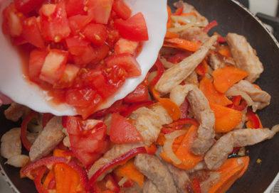 вслед за перцем добавляю в сковороду помидоры