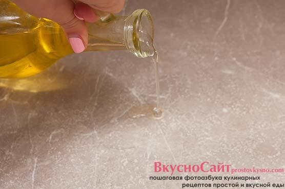 стол и руки смазываю растительным маслом без запаха