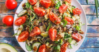 Постный салат с авокадо и зеленью на тарелке крупным планом