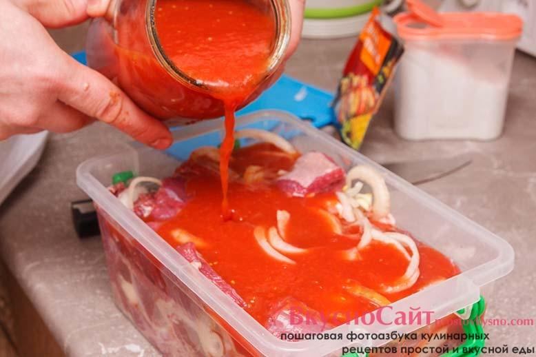 заливаю мясо томатным соком, контейнер закрываю крышкой и ставлю на ночь в холодильник