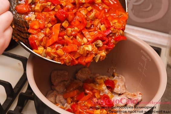 выливаю все содержимое сковороды к мясу и отправляю кастрюлю на огонь тушиться с закрытой крышкой до готовности