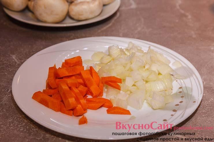 лук нарезаю кубиком, а морковь продолговатыми брусочками