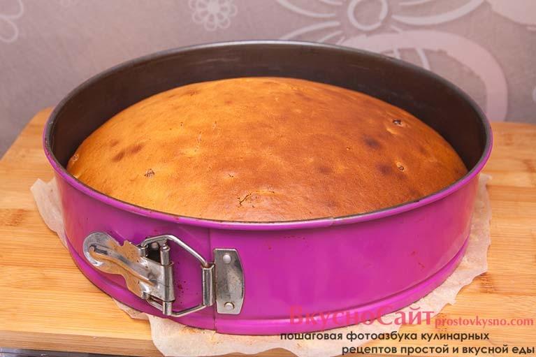 достаю готовый пирог из духовки и даю ему немного постоять и остыть в форме