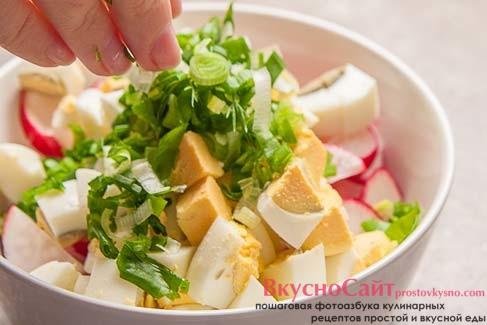 нашинкованный зеленый лук добавляю в салатник