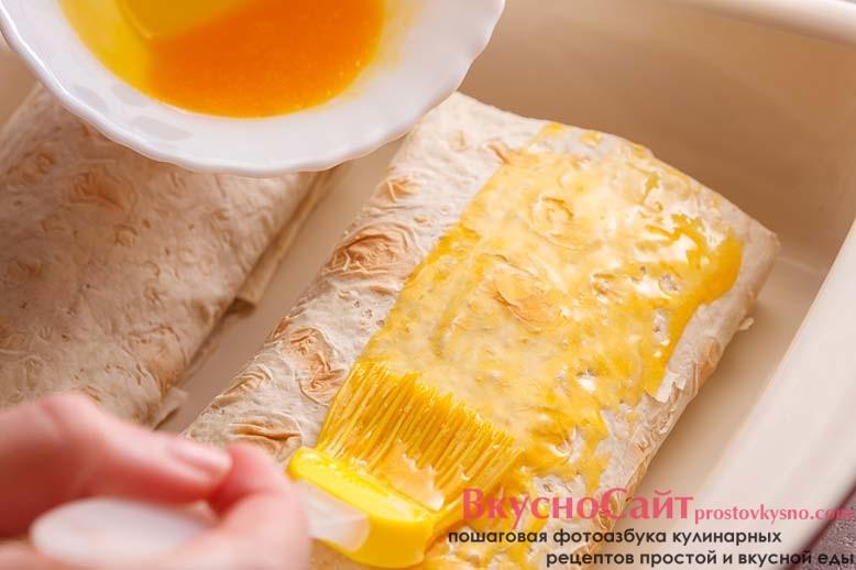 смазываю желтком получившиеся конвертики из лаваша