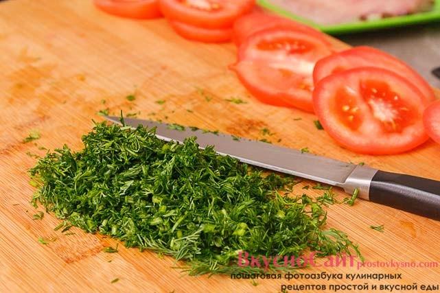 помидор нарезаю кружочками, а укроп мелко шинкую