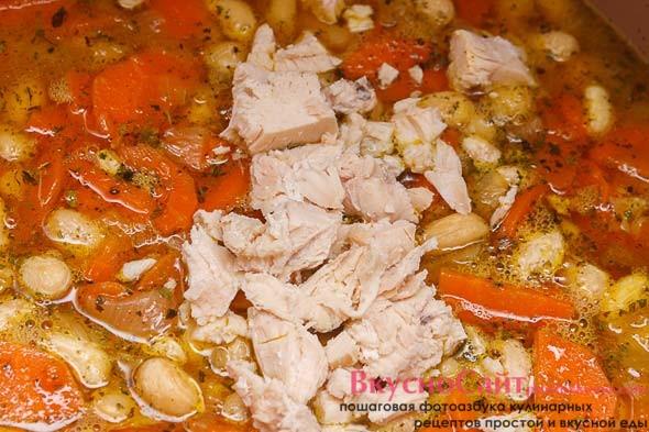 готовое куриное филе нарезаю кубиком и добавляю в суп