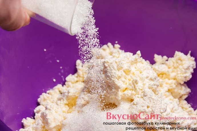 до творога добавляю сахар и ванильный сахар