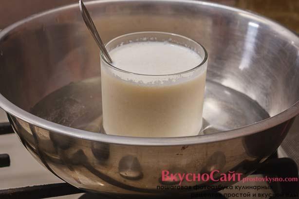 молоко с желатином ставлю на паровую баню, постоянно помешиваю до полного растворения набухшего желатина