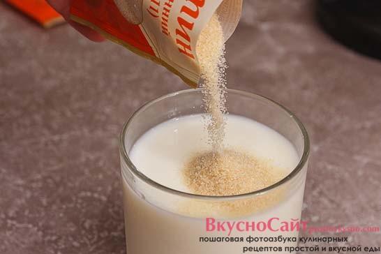 часть желатина 15 грамм высыпаю в холодное молоко