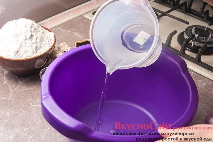 в глубокую миску выливаю теплую воду