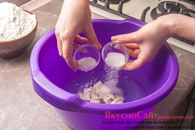 также в воду добавляю соль и сахар