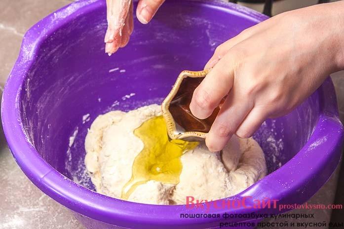 когда тесто перестанет прилипать к рукам, добавляю в него оливковое масло и продолжаю вымешивать до однородного состояния