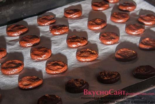 ставлю печенье в разогретую до 180 градусов духовку на 5-10 минут