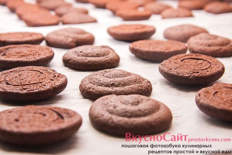 печеньки раскладываю попарно, одно печенье из каждой пары переворачиваю