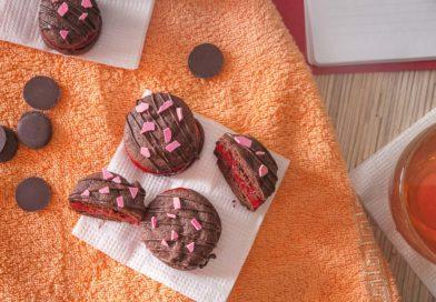 Бисквитные пирожные с вишневым джемом