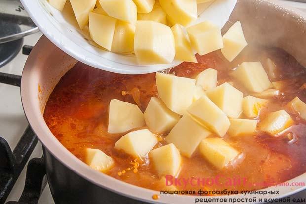 через тридцать минут в гуляш добавляю картофель