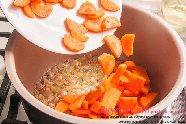 вслед за луком добавляю нарезанную полукольцами морковь