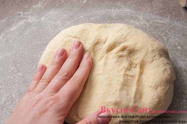 тесто не должно липнуть к рукам, если липнет, добавляйте еще немного муки