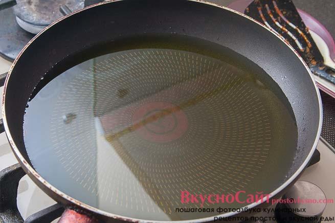 в сковороду наливаю оливковое масло, чтобы сковорода заполнилась на 2-3 см