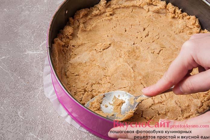 равномерно распределяю тесто по форме, уплотняя его при помощи ложки или плоским дном стакана