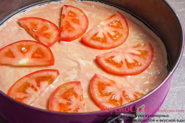 сверху на соус кладу томаты