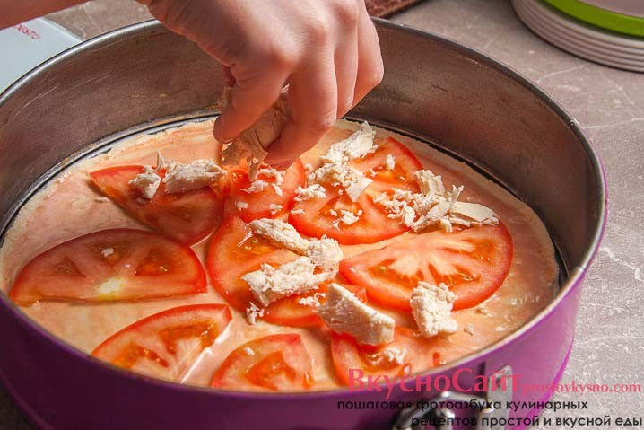 на помидоры выкладываю куриное мясо