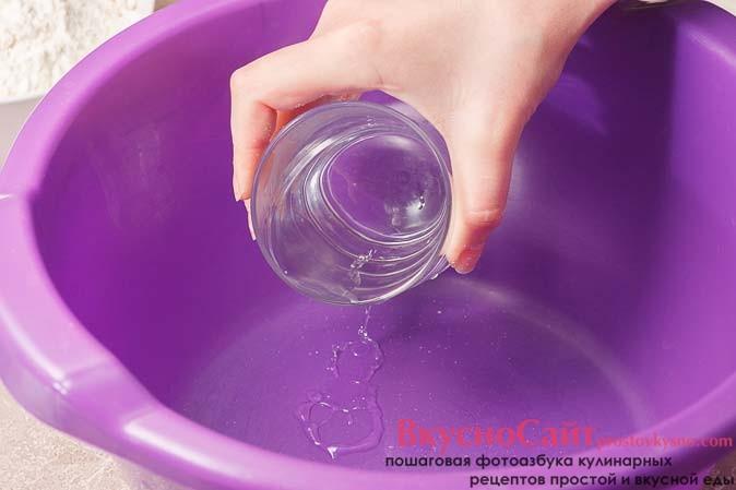 в удобную миску выливаю теплую воду