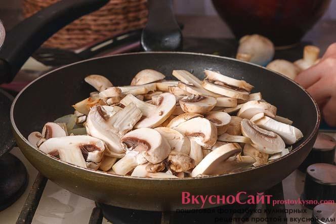 когда лук станет прозрачным, добавляю в него грибы и обжариваю до готовности