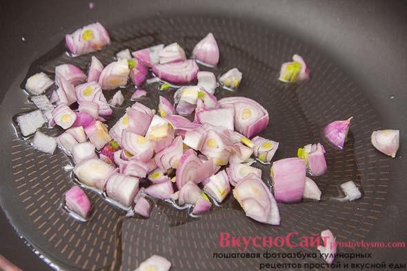 очищенный и мелко нарезанный лук отправляю в разогретую сковороду с небольшим количеством растительного масла