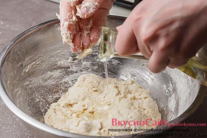 добавляю в тесто немного растительного масла без запаха и снова хорошо его вымешиваю
