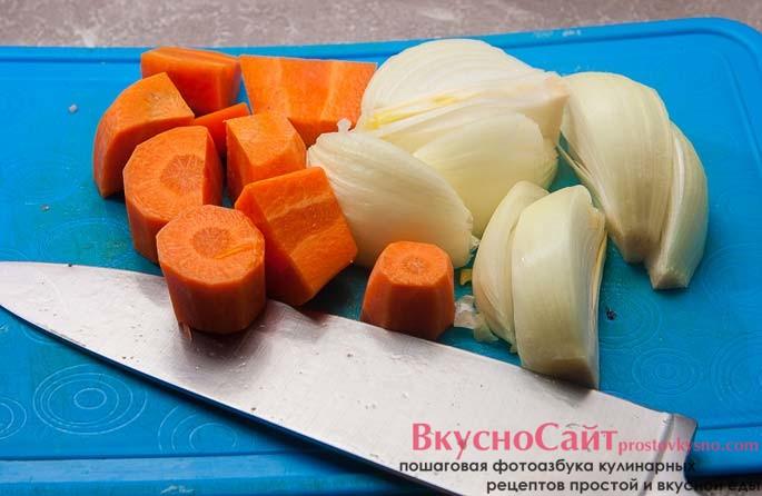 морковь и лук чищу и нарезаю кубиками так, чтобы их было удобно перекрутить через мясорубку