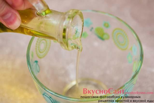 в салатник наливаю оливковое масло