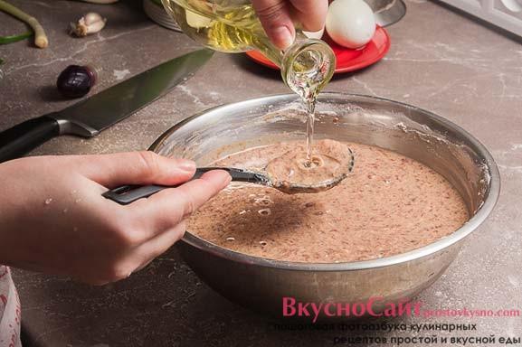 в получившееся печеночное тесто добавляю 1-2 ст. ложки растительного масла