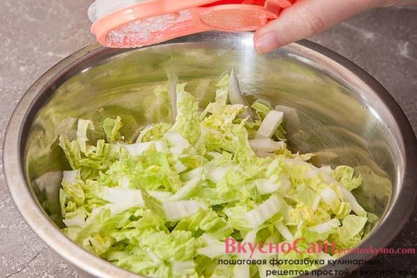 перекладываю пекинскую капусту в миску и немного ее солю