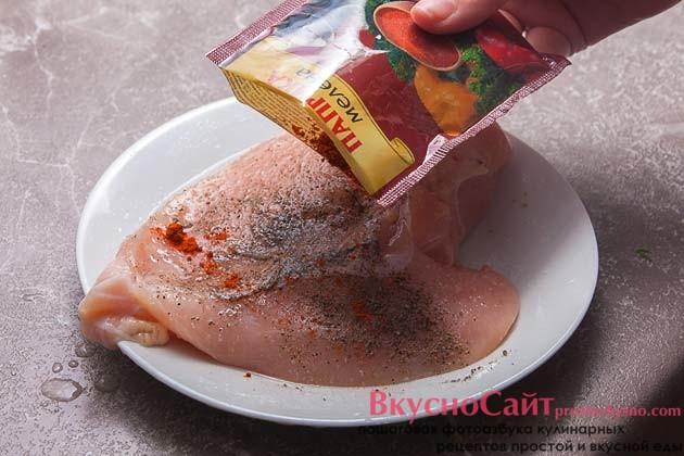 хорошо посыпаю филе паприкой и растираю все специи по филе