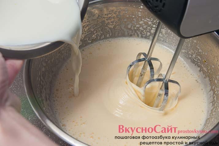 теплое молоко вливаю к взбитым яйцам